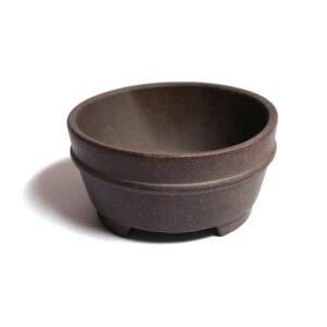 Oglaserad bonsaikruka av lite finare kvalitet. Mörkbrun, 11,5 cm i diameter, 5 cm hög.