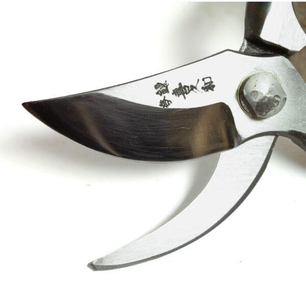 Sekatör av japanskt kvalitetsstål som klipper nära stammen när du håller den i vänster hand.